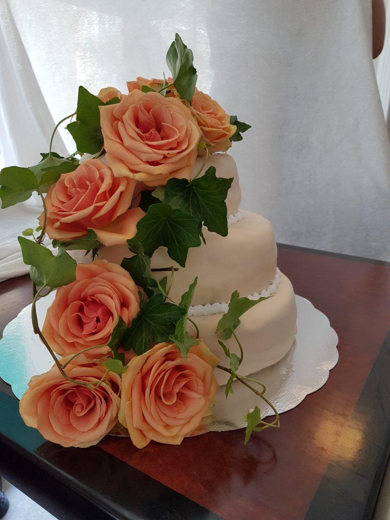 Bryllupskake med friske roser